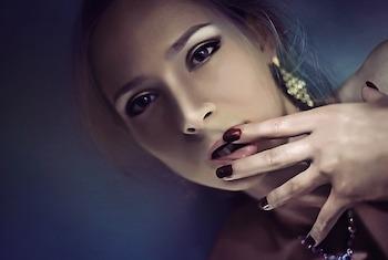 Frau mit sinnlichen Lippen